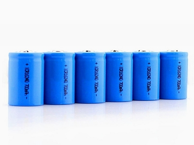Which raw materials do lithium-ion batteries generally consist of?